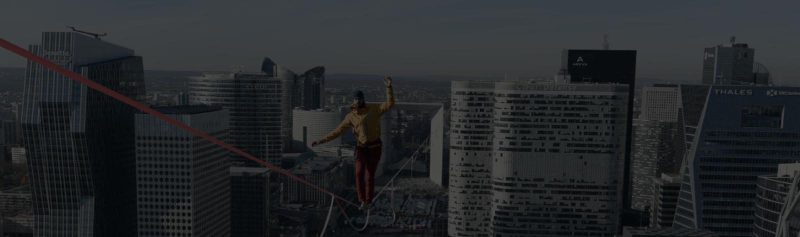 Performance dans le ciel de Paris La Défense : une traversée à revivre pendant le Téléthon